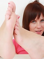 Cuddly Leony presents her attractive feet soles